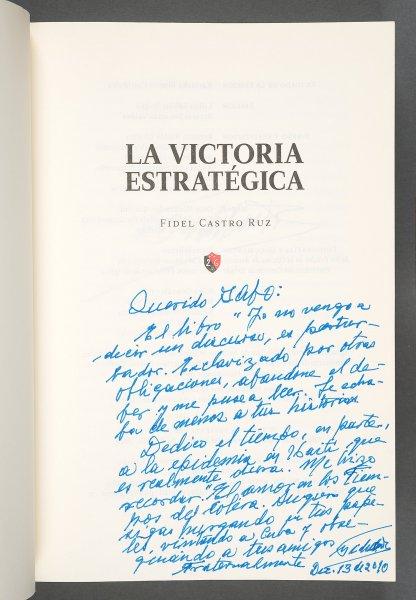 El ejemplar firmado por García Márquez de La victoria estratégica de Castro: Por todos los caminos de la Sierra, publicado en 2010.