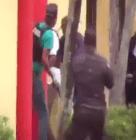 poli El enfrentamiento entre policía y John Percival