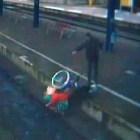 Tipo lanza doña en silla de ruedas a las vías del tren