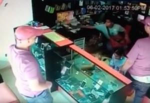 asalto tienda celulares Tan cogío! Trancan asaltantes tienda de celulares