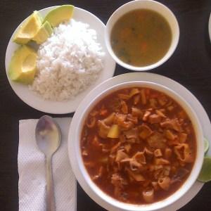 comida6 Comida de las 12: Mondongo, arroz, sancochito y aguacate