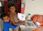 madre nino El niño que le enseña a leer a su mamá