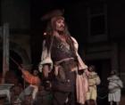 johnny depp Johnny Depp sorprende en Disneyland como Jack Sparrow (videos)