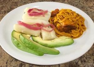eltipicodominicano Comida de las 12: Yuca, espaguetis con pollo y aguacate