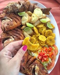 foto por hungry melissa Fritura Friday: Pescado frito, batata, tostones y ensalada
