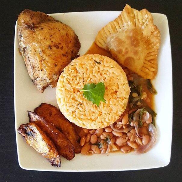 Foto chula por thekreepseat https 2F2Fwww.instagram.com2Fp2FBUw99JIhgdc2F Pollo, arroz, habichuelas, plátano maduro y un pastelito