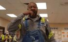 MInero 300x187 Ají tití   Tipo se jarta el chile más picante del mundo (video)