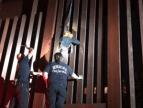Muro México EEUU 300x226 Dejan mujer guindando en muro México EEUU