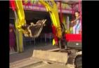 Niña manejando retroexcavadora 300x207 Video viral en RD: Carajita manejando retroexcavadora
