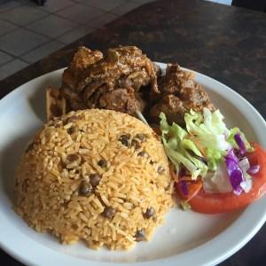 comida 1 300x300 Comida de las 12: Moro de guandules, carne de res y ensalada