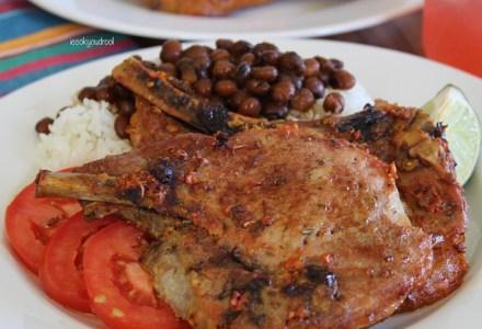 comida 2 440x300 Comida de las 12: Chuletas, arroz, habichuelas y tomates