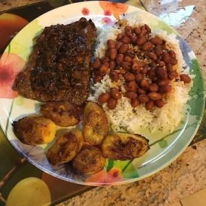comida 7 300x300 Comida de las 12: Arroz, habichuelas, bistec y plátano maduro