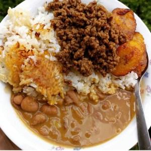 comida 300x300 Comida de las 12: Arroz, habichuelas, carne molida, concón y plátano maduro