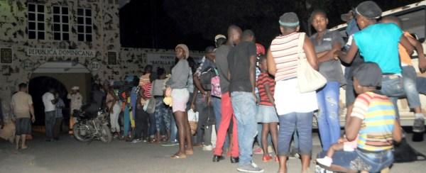 haitianos 1 600x244 Motoristas cobran 2 y 3 mil pesos pa traer haitianos