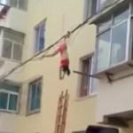 hang 150x150 Llega la esposa del jevo, se manda y se queda enganchá (video)