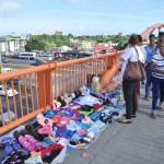 buhoneros 150x150 Sigue la invasión de buhoneros sobre puente peatonal