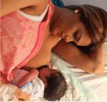 carp 150x144 Caroline Aquino publica una preciosa foto amamantando a su bebé