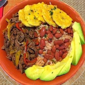 comida 4 300x300 Comida de las 12: Arroz, habichuelas, carne, tostones y aguacate