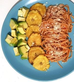 comida 5 300x334 Comida de las 12: Espaguetis, tostones y aguacate