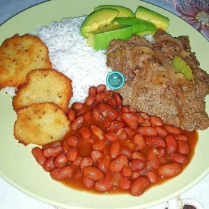 comida 6 300x300 Comida de las 12: Arroz, habichuelas, arepitas, bistec y aguacate