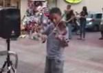 despacito 150x107 Video: Niño toca en violín a Despacito en El Conde