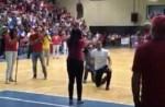 matrimonio 150x98 Video: Dominicano pide matrimonio a su jeva en pleno juego de baloncesto