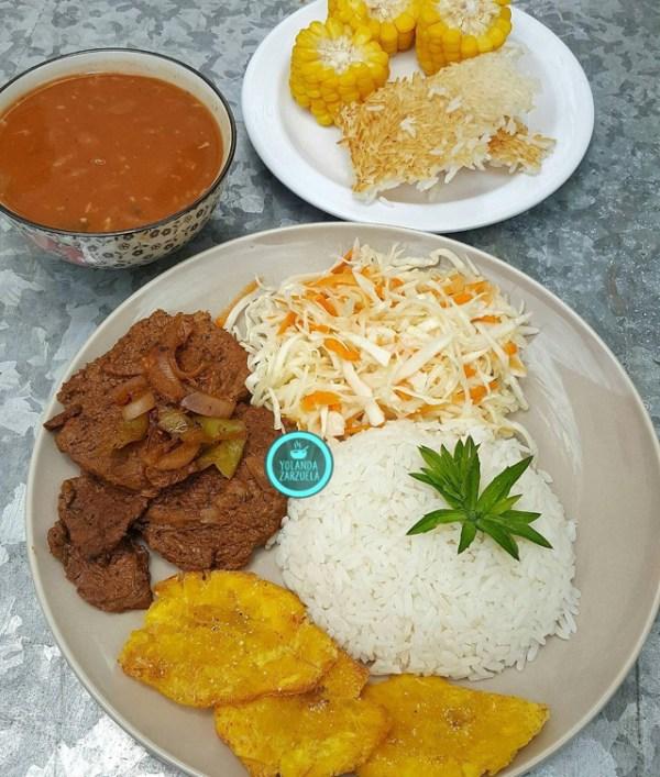 comida 600x707 Comida de las 12: La bandera con tostones, ensalada, concón y maíz
