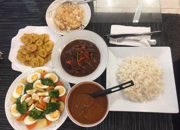 comida 3 600x434 Comida de las 12: Chivo guisao, concón, tostones y más