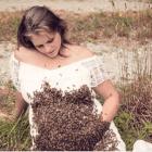 La mujer que posó con 20,000 abejas en su vientre sufre muerte fetal