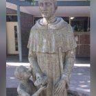 Estatua jodona tuvieron que taparla