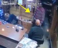 dispara 200x165 Video: Niño dispara contra vendedor de armas por accidente