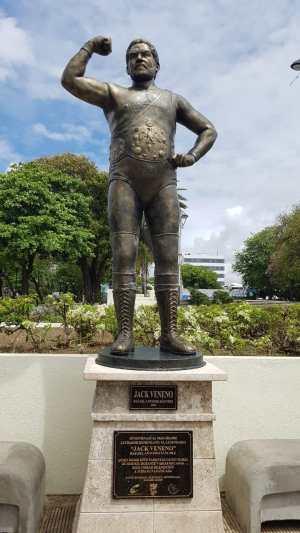 deslizan-estatua-de-jack-veneno-en-parque-hostos
