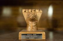据说是参加赛狗的冠军狗的奖杯,2000 是它参加的最后一届