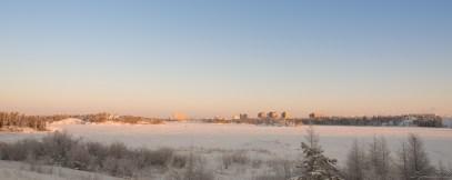 这是在 Walmart 对面的马路边上隔着 Frame Lake 拍摄的 Yellowknife 新城区。