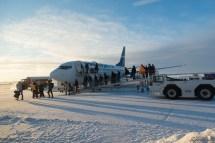 来自 Edmonton 的飞机降落了,乘客正在离机,而我们即将登机。