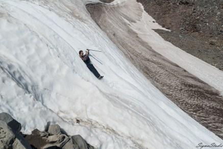 这段滑梯非常陡,很过瘾。当然我们屌丝的玩法大概是高富帅们不齿的,我们看到有人背着雪橇上去,在我们不停的抖身上的冰雪的时候,高富帅们飞快的滑过,一转眼就到了山下