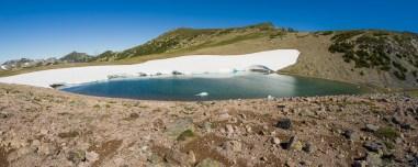 据说此湖大部分时间结冰,这个时段基本完全融化,湖面上能看见一点残留的冰块,湖水颜色有蓝有绿,小巧玲珑。