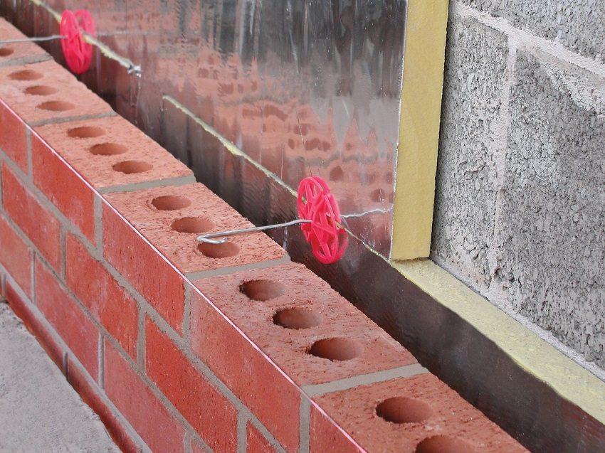 Evin duvarlarını dışarıda nasıl yalıtacağınıza karar verirmez, duvarların yüzeyini ısı yalıtım bileşimi ile işlemek için hazırlamanız gerekir. Her şeyden önce, eski sıvı tabakası veya dış duvarların diğer bitirme malzemeleri çıkarılır. Yüzeyde düzensizlikler ve girintiler varsa, bir çözüm tarafından kontrol edilmeleri gerekir ve tüm dışbüksler duvarla aynı hizada olmalıdır.