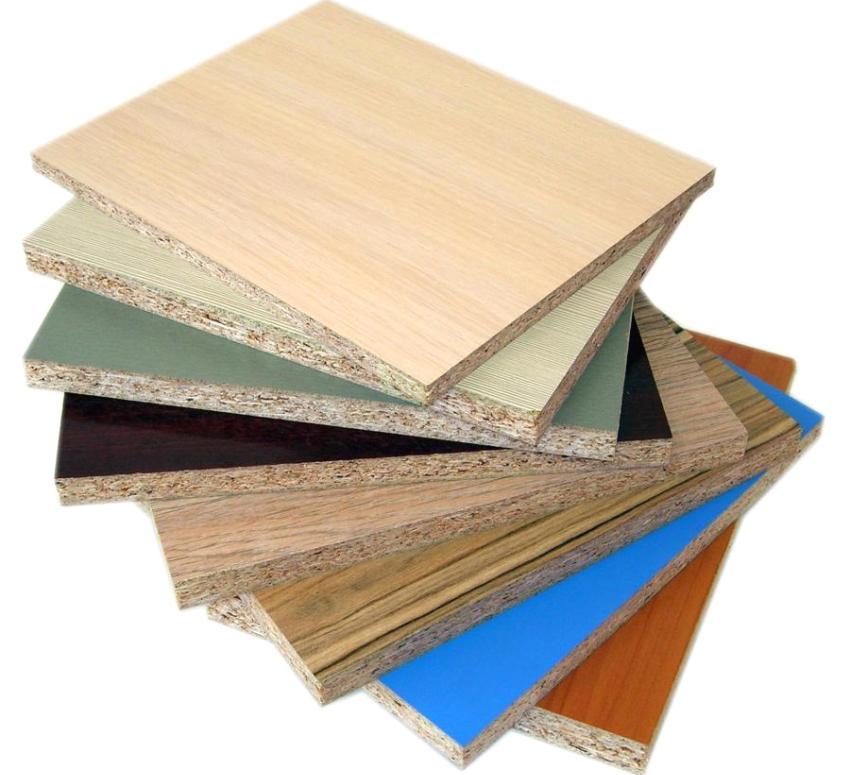 Les plaques de couleur stratifiée peuvent être utilisées pour finir les murs des pièces