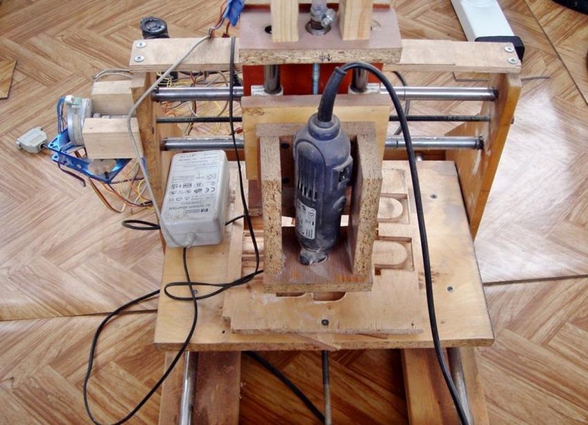 CNC фрезерлік машинасын принтерден бекітуге арналған MDF, болат элементтері мен ескі бөлшектерді пайдаланып, қыздан алуға болады