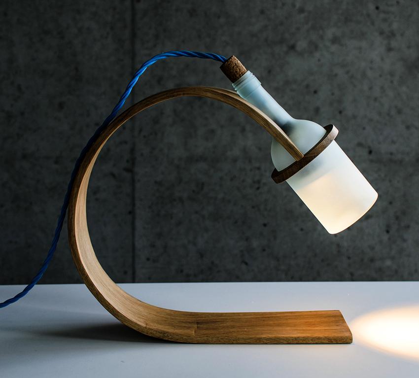 یک لامپ خانگی با استفاده از یک بطری به نظر می رسد دیدنی و جذاب است و به سرعت انجام می شود