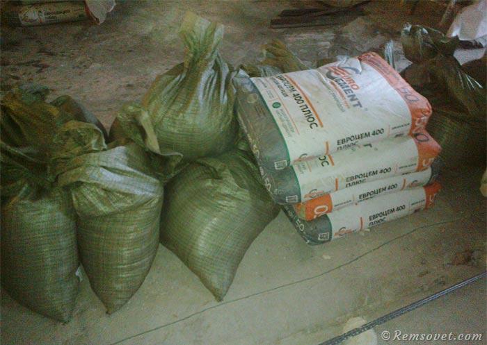 Arena y cemento para la preparación de la solución de arena de cemento.