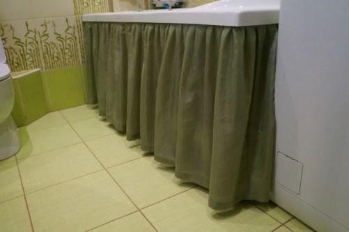 screen under the bath curtain