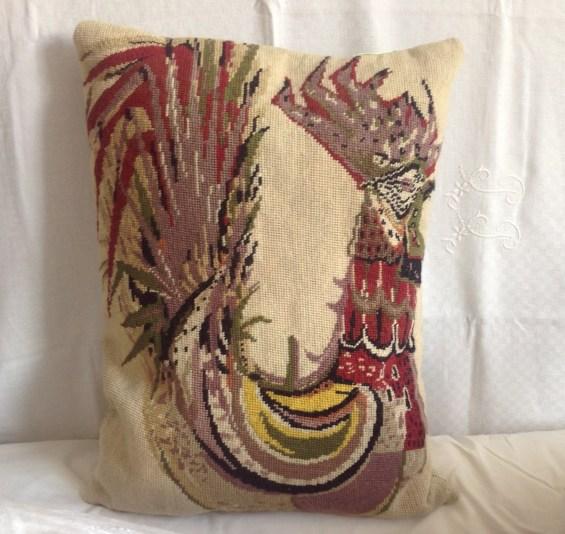 Canevas ancien (années 50-60) motif coq de Lurçat réalisé en laine . Transformé en coussin dimensions 40X60 cm