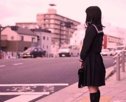 信号を待つ女子高生