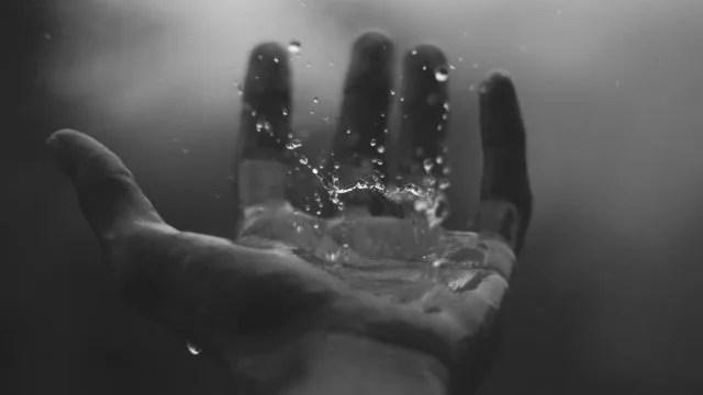 濡れた手のひら