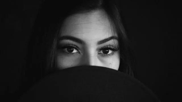 見つめる女性 視線 目