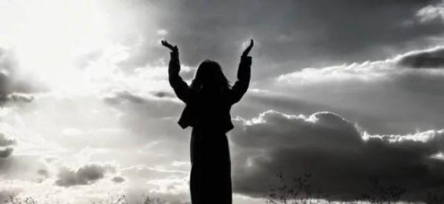 女性 祈る 神 日没
