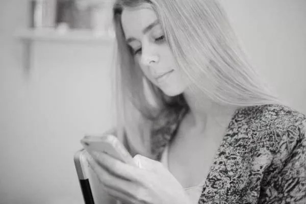 スマホを打つ女性 メール LINE