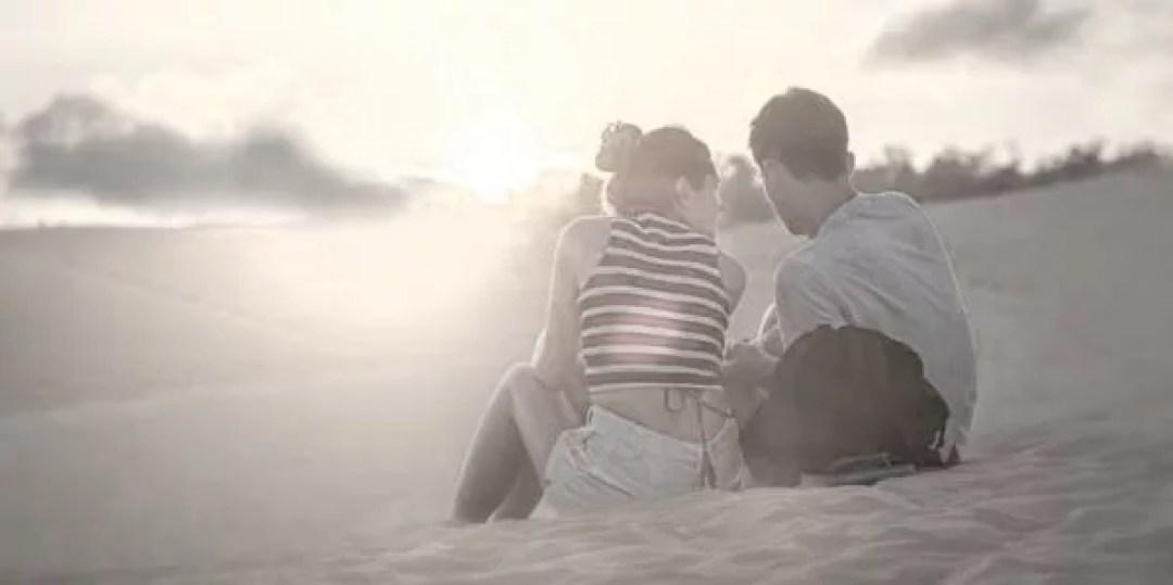 カップル 海 砂浜 デート